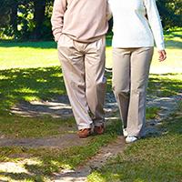 自然の中を散歩する夫婦