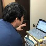 オンラインでインタビューを受ける輿石医師